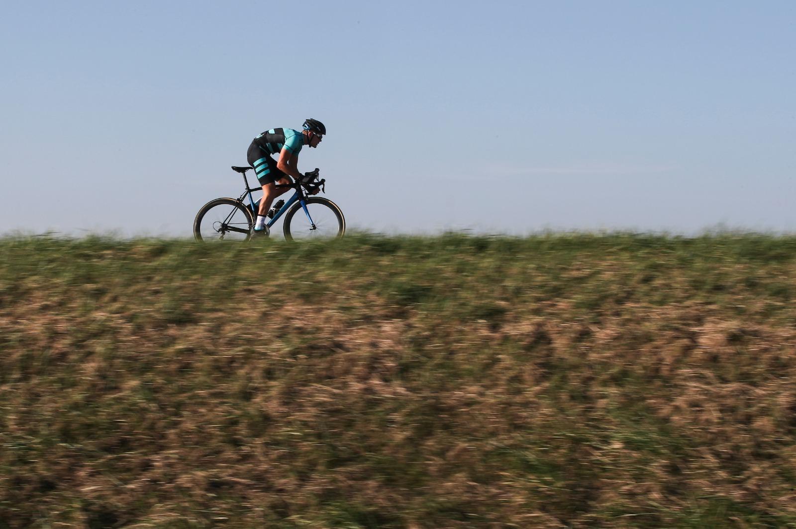 BEAT-wielrenner fietst op dijk