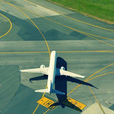 Vliegtuig op landingsbaan
