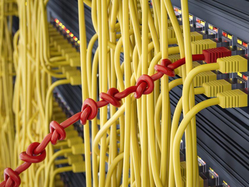 Netwerkkabel met knopen erin