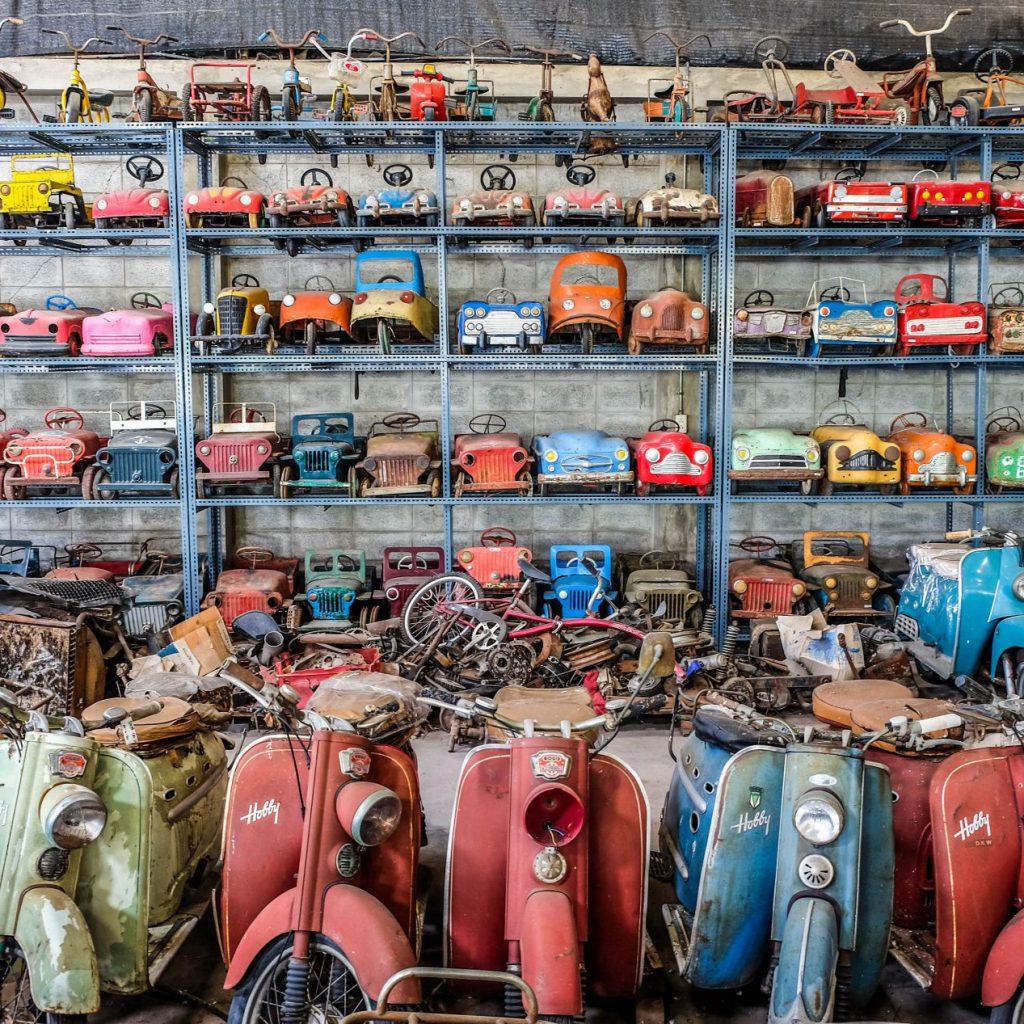 Snuffelzaak met speelgoedvervoersmiddelen
