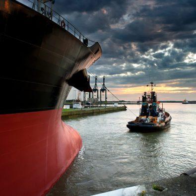 Kleine boot trekt grote boot