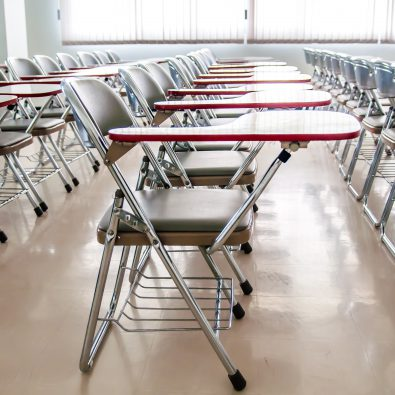 Stoelen in klaslokaal