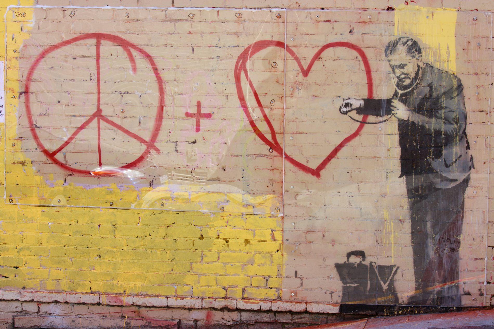 Muuschildering van arts met hart