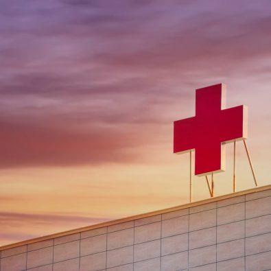 Rode kruis op dak van ziekenhuis