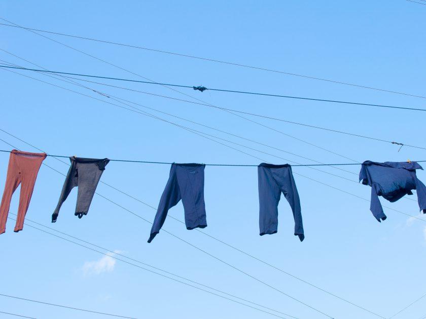 Oude kleding aan waslijn